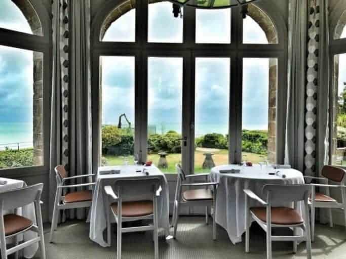 שולחן עם נוף לים. נוף שהוא תאווה לעיניים.