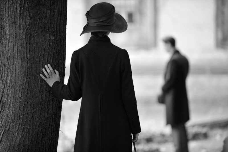 אנה מגלה את אדריאן ליד הקבר של פרנץ - תמונה באדיבות סרטי נחשון