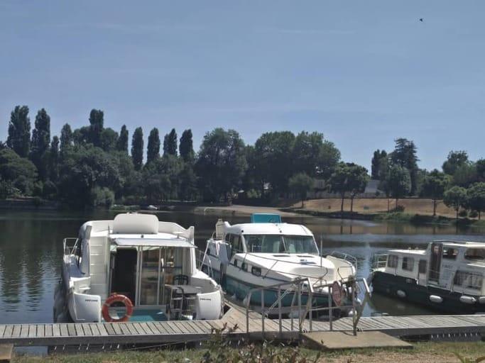 הסירה שלנו עוגנת בתעלה.