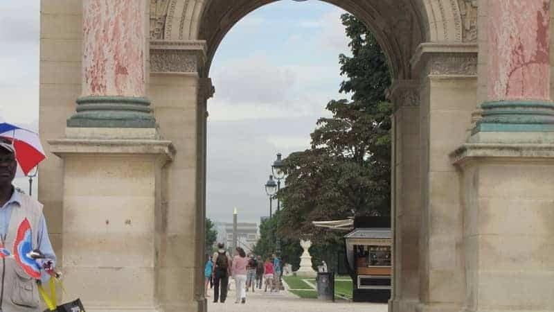 האובליסק של כיכר קונקורד מציץ דרך שער הניצחון של הקרוסל