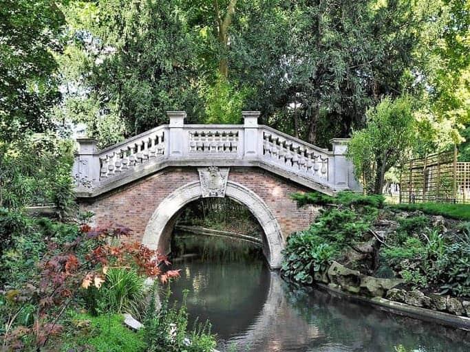 הגשר בפארק מונסו ברובע ה-8 בפריס