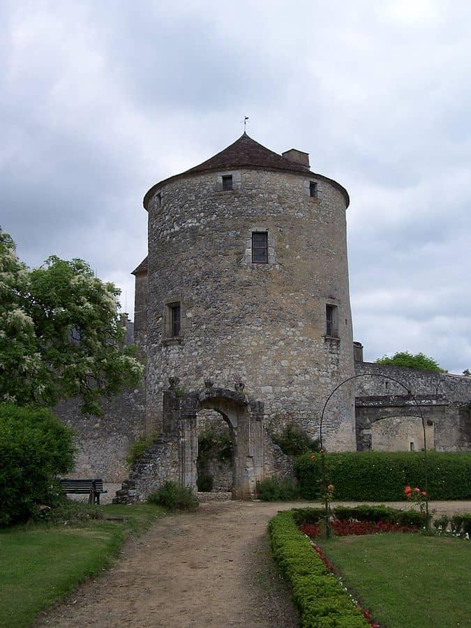 המגדל המפורסם בטירת מונטן בו נכתבו המסות. מקור צילום ויקיפדיה.