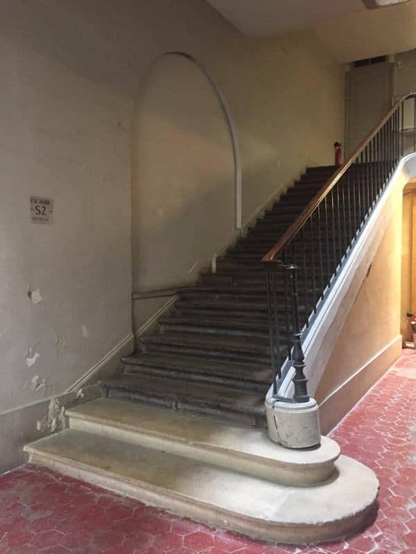 """גרם המדרגות הצדדי שמוביל לאגף בו נמצא """"חדר המלחמות"""""""