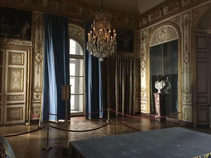 הקבינה דה קונסיי, מבט מזווית הסגורה לקהל הרחב ליד הכיסא שממנו ניהל המלך את הישיבות