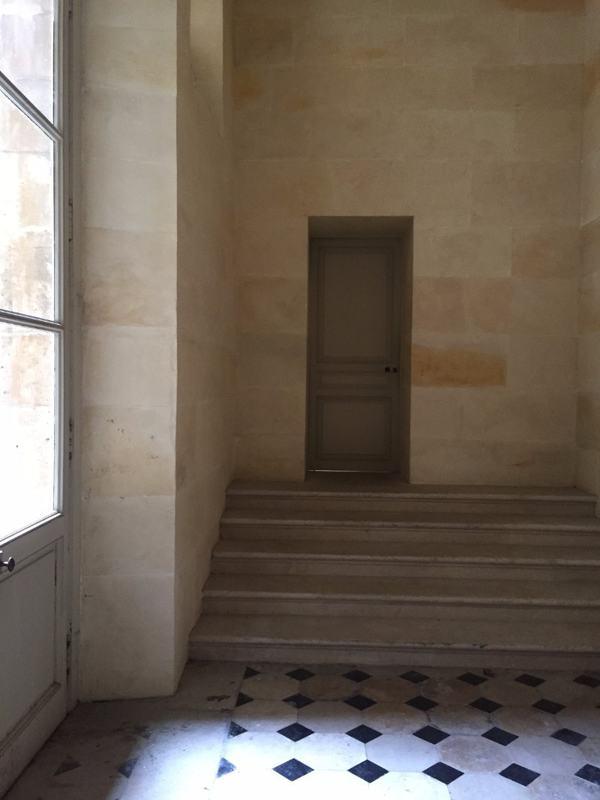 מדרגות שמובילות מחדריהן של המדאמז אל חצר הצבאים