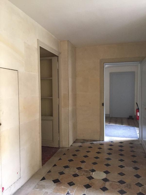 מעבר מדירות המדאמז לחצר הצבאים, חדרי המלכה וגרם המדרגות האחורי.