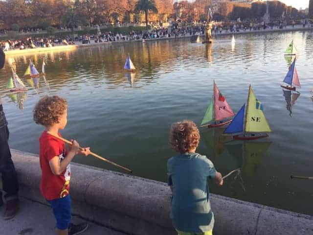 ילדים משיטים סירות בגני לוקסמבורג