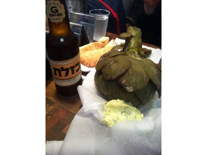 ארוחה במסעדת המזנון של אייל שני בפריז. אפילו הבירה ישראלית.