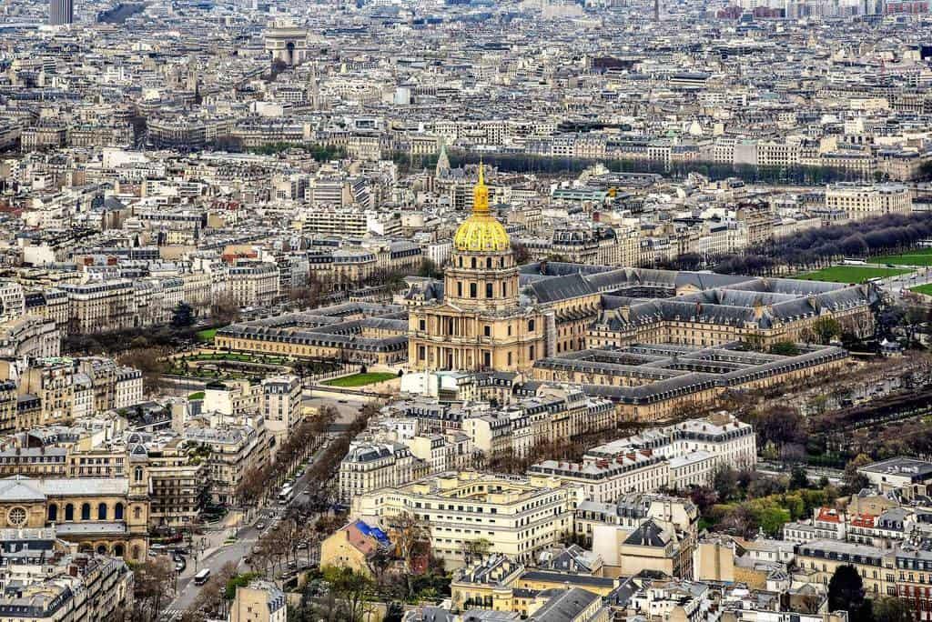 כמה עולה לילה במלון בפריז?