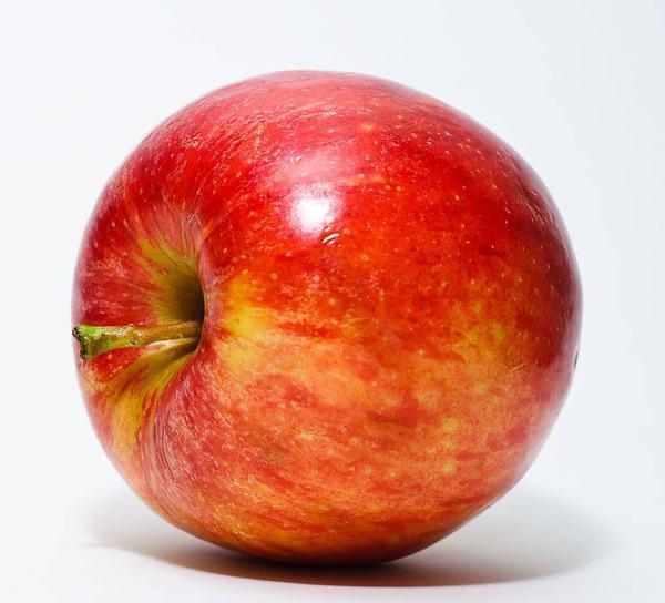 ליפול בתוך התפוחים. מקור צילום: ויקיפדיה.