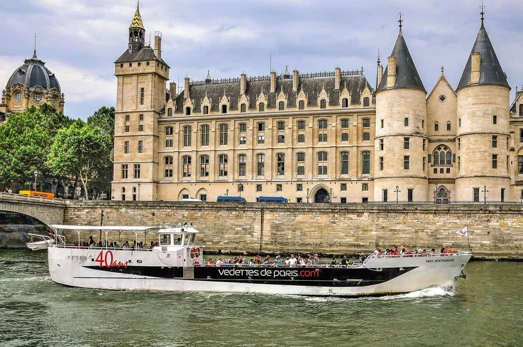 מה הן האטרקציות הכי פופולריות בפריז?