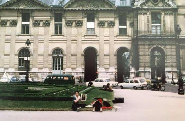 רוני כץ ואמא ליד מוזיאון הלובר (שנות ה-70). הצילום באדיבות רוני כץ.