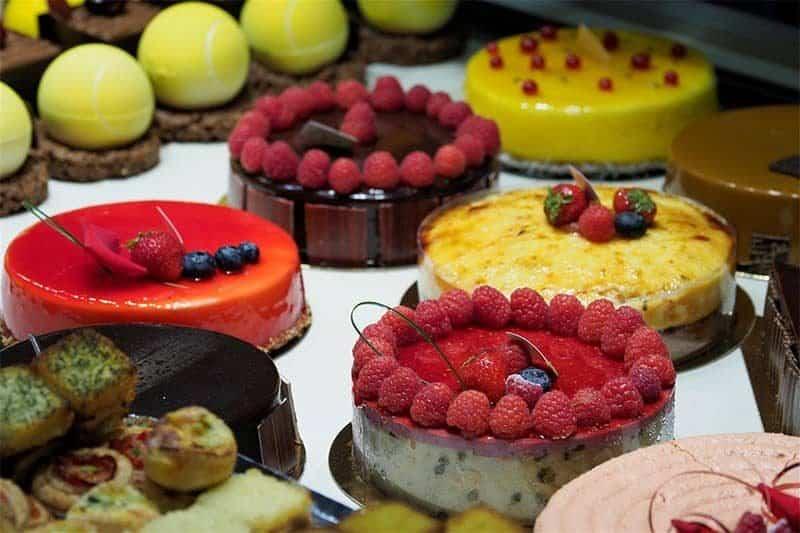 עוגות בחלון ראווה של פטיסרי ליוני טיפוסי. צילום מאת ליאור קורן.