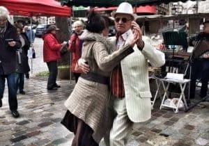 שאנסונים לידיד/ה. צילום של זוג ידידים רוקדים ברחוב מופטאר. צילום: צבי חזנוב