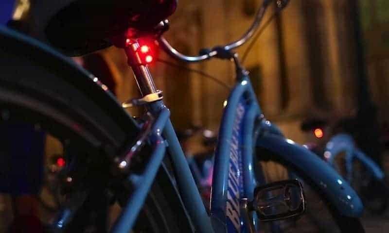 סיור אופניים לילי בפריז. צילום: MUSEMENT