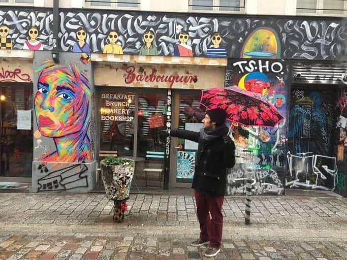 אחד המדריכים של חברת ARTernative במהלך סיור אומנות רחוב