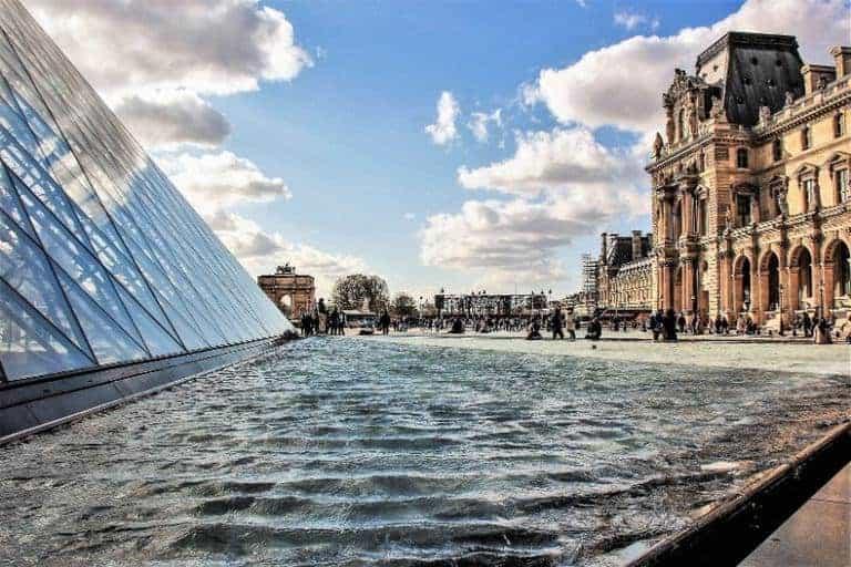 בניין מוזיאון הלובר. שילוב של אדריכלות היסטורית ומודרנית. צילום: יואל תמנליס
