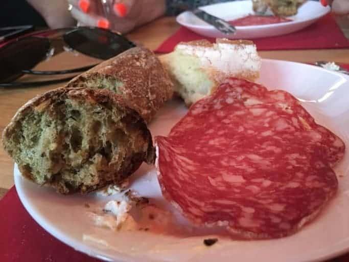 בגט, נקניק טוב ומעט גבינה. לא צריך הרבה יותר על מנת לשמח פרנקופיל גרגרן. צולם בזמן סיור קולינארי.