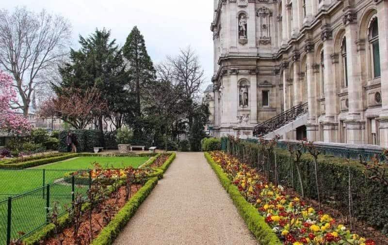 הגינה של בניין העירייה של פריז. אחת הגינות הקסומות והפחות מוכרות של עיר האורות. צילום: יואל תמנליס