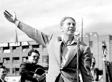 שארל טרנה וזמרים נוספים שרים על מעיין הנעורים הצרפתי. מקור תמונה: ויקיפדיה.