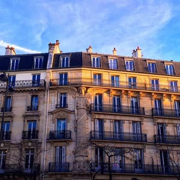 פסל של מלאך על בניין אוסמאני ברחוב Turbigo שבפריז.