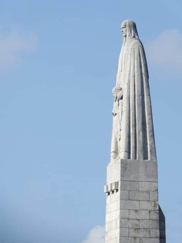 פיסלה של ז'נבייב הקדושה על גשר טורנל