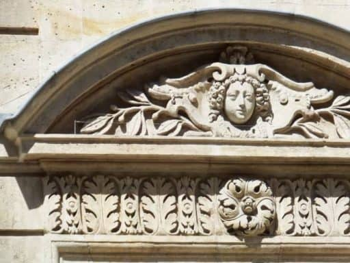 פאריס הלא נודעת - קישוטי אבן של בניין שנבנה בתקופתו של הברון אוסמן