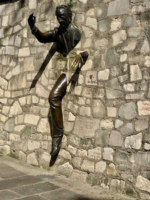 קסם. האיש שהולך בתוך הקירות. צילום: פאני רוטשטיין.