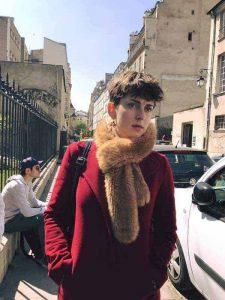 אישה פריזאית עם שיק ברובע המארה.