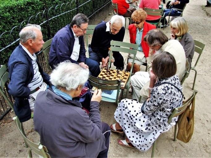 אנשים משחקים שחמט בגני לוקסמבורג - צילום: יואל תמנליס