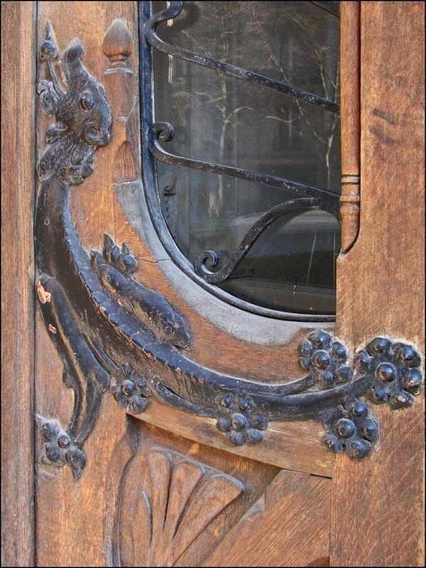 פרזול בצורת לטאה על דלת הבניין ב Avenue Rapp 29. מקור צילום: ויקיפדיה.