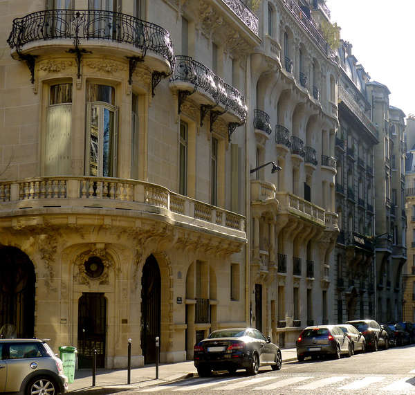 בחלק השמאלי (הקרוב אלינו) ניתן לראות את הבית ב Avenue Messine 23. בחלק הימני הרחוק מאיתנו ניתן לראות את הבית ב rue Messine 6. מקור צילום: ויקיפדיה.