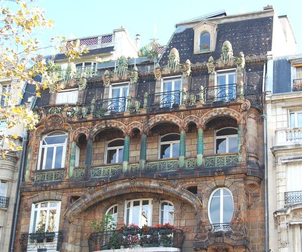 החלק העליון של הבניין של לווירוט ב Avenue Rapp 29. מקור צילום: ויקיפדיה.