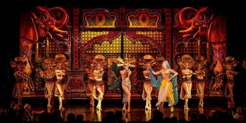 רקדני מולן רוז' באחד מהריקודים הראשונים שלה. מקור צילום: Come To Paris.