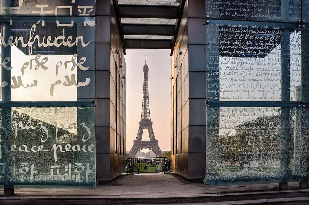 """מגדל אייפל מצולם דרך """"קיר השלום"""" של אונסקו. צילם: יואל תמנליס."""
