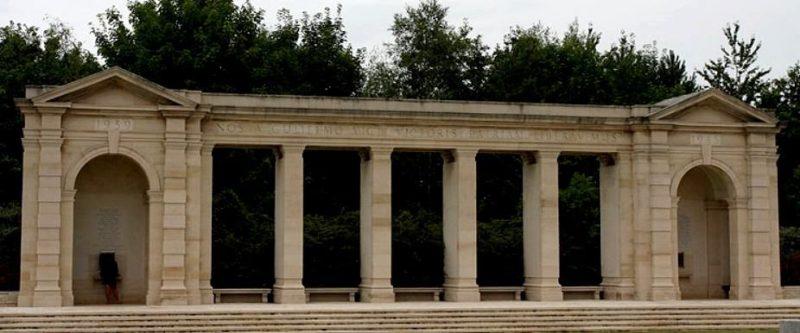 המונומנט בבית הקברות.