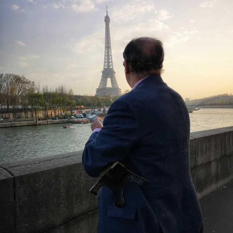 תייר שקנה את מגדל אייפל וגילה פתאום שהאורגינל נמצא מעבר לנהר. צילם: צבי חזנוב.
