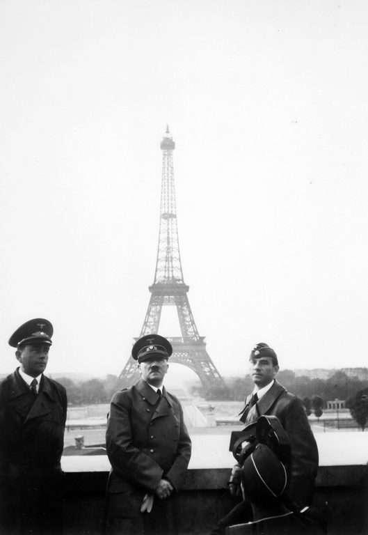 אפילו אדולף היטלר היה חייב להצטלם על רק מגדל אייפל. מקור צילום: ויקיפדיה.