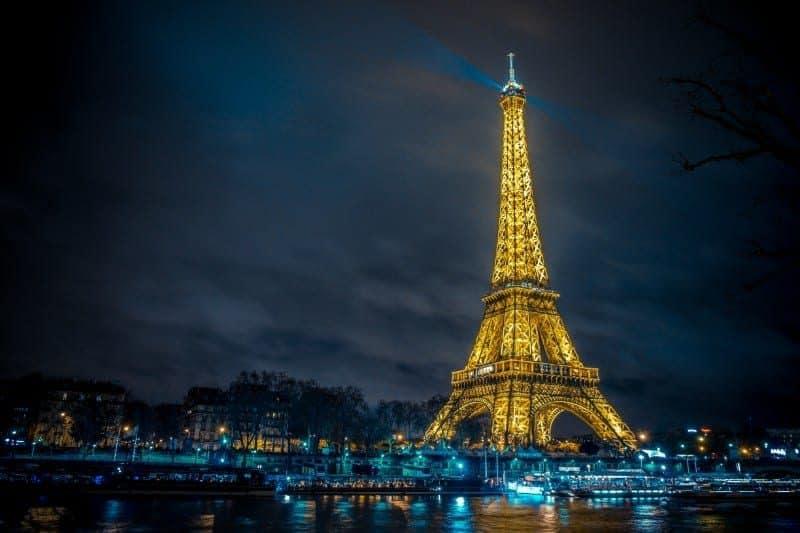 מגדל אייפל מואר בלילה.