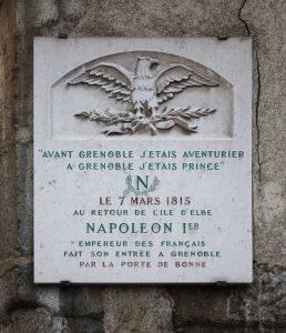 """השלט שמציין את כניסת נפוליאון לגרנובל עם המשפט המפורסם """"לפני גרנובל הייתי הרפתקן, אחרי גרנובל הייתי נסיך"""". מקור צילום: ויקיפדיה."""