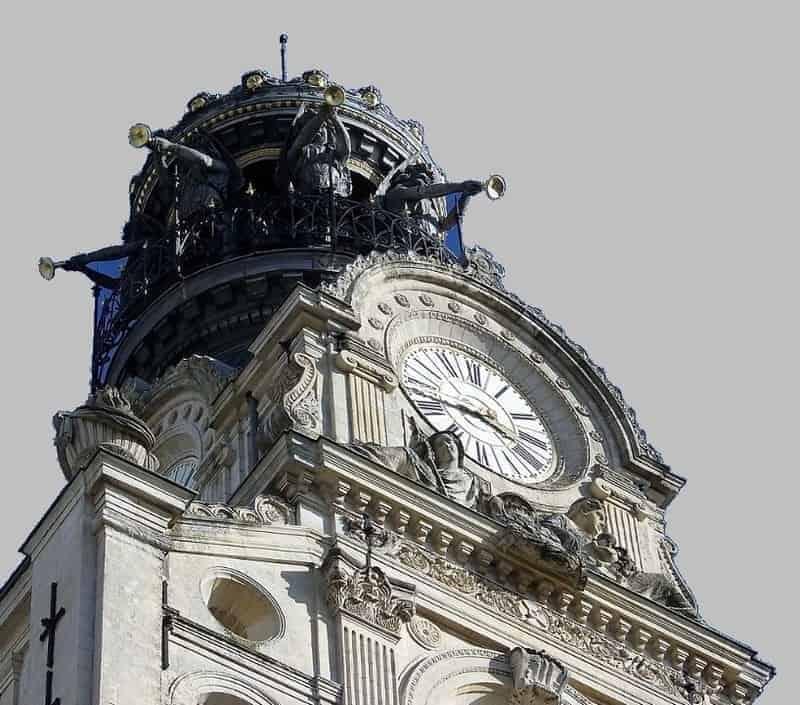 החצוצרנים על מגדל כנסיית הצלב הקדוש בנאנט.