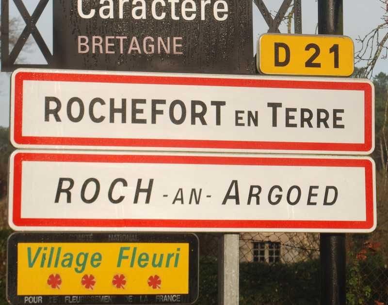 השילוט בכניסה ל Rochefort en Terre