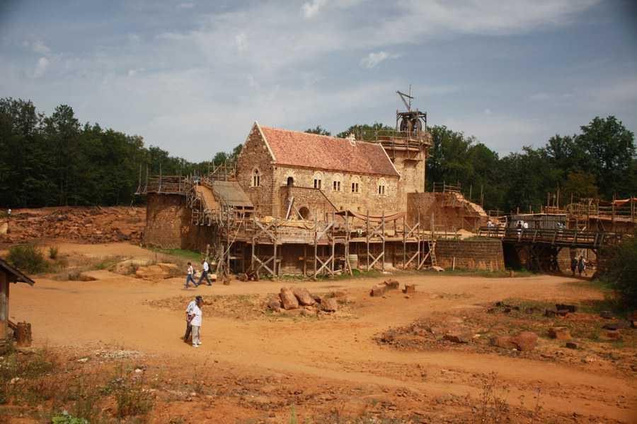Château_de_Guédelon בעת בנייתו. מקור צילום: ויקיפדיה.