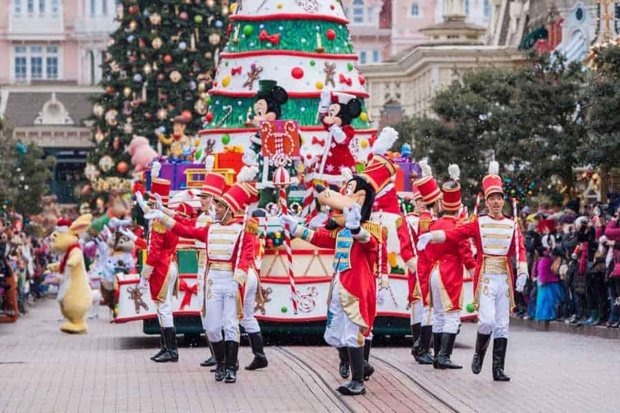 המצעד בשדרה הראשית של דיסנילנד פריז