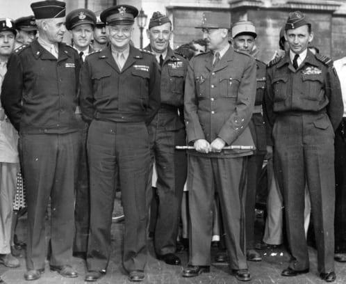 גנרל פייר קניג (מחזיק בשרביט הגנרלים). מקור צילום: ויקיפדיה.