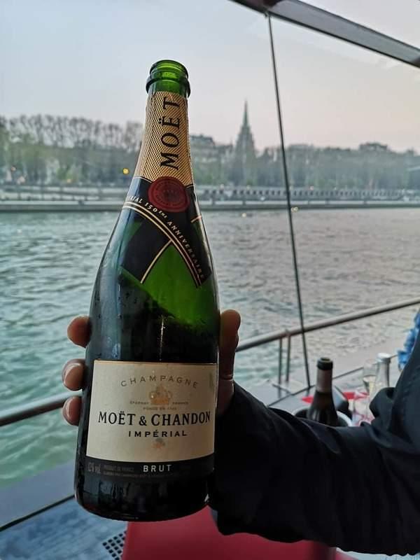 השמפנייה שהוגשה בספינה. צילם: צבי חזנוב