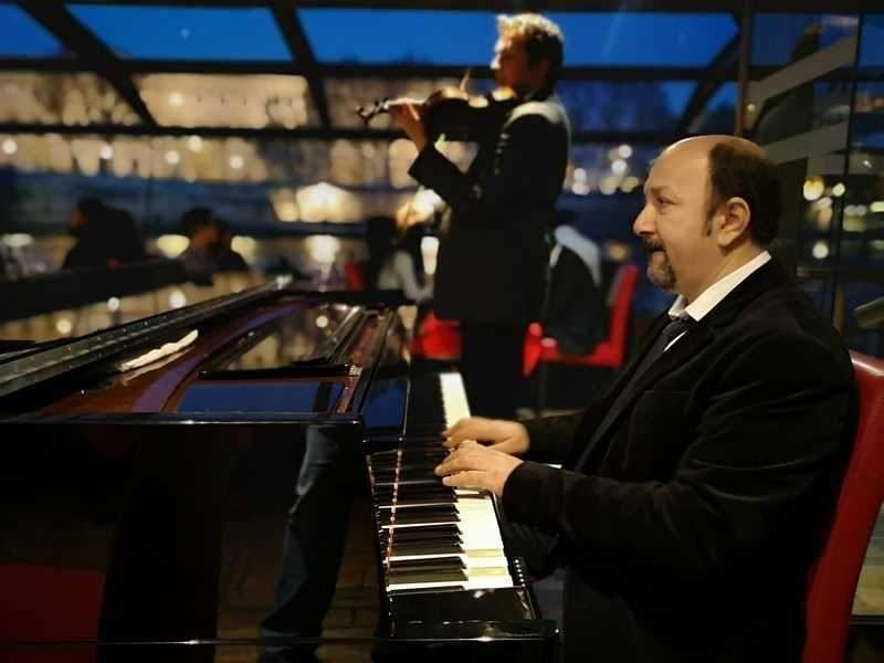 הפסנתרן והכנר על הספינה. צילם: צבי חזנוב