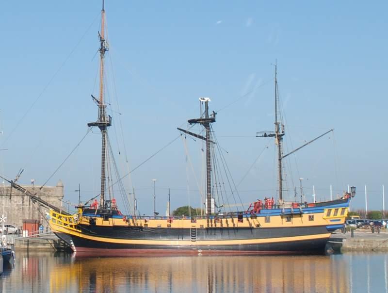 ספינת שודדי ים משוחזרת בנמל סן מאלו.