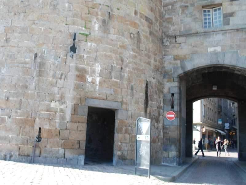 אחד השערים בחומת סן מלו.