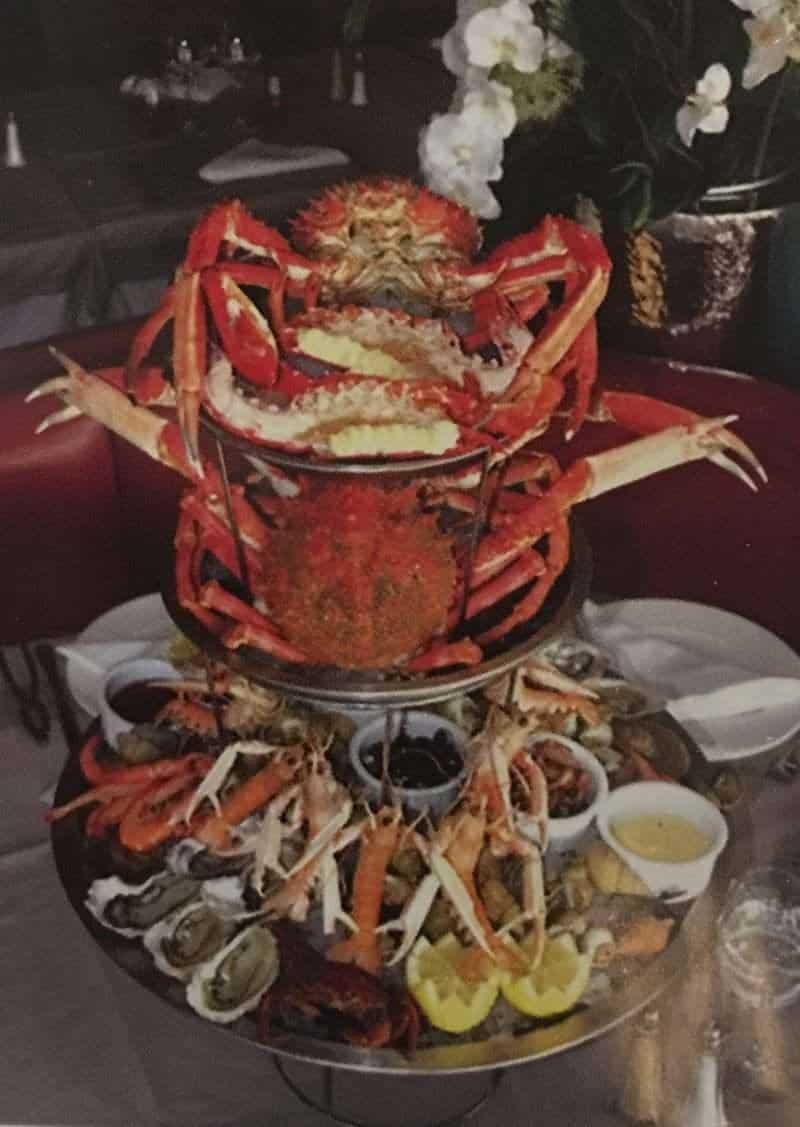 פלטת פירות הים של מרק דגים של La Mere Champlain.
